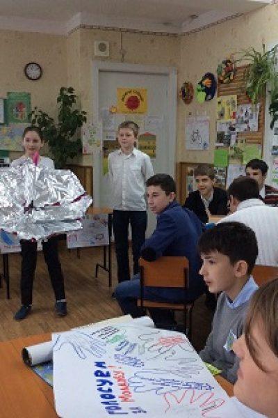 Elevii de la Liceul Vasile Lupu produc energie electrică de la miniturbine eoliene şi prepară bucate la cuptoare solare improvizate